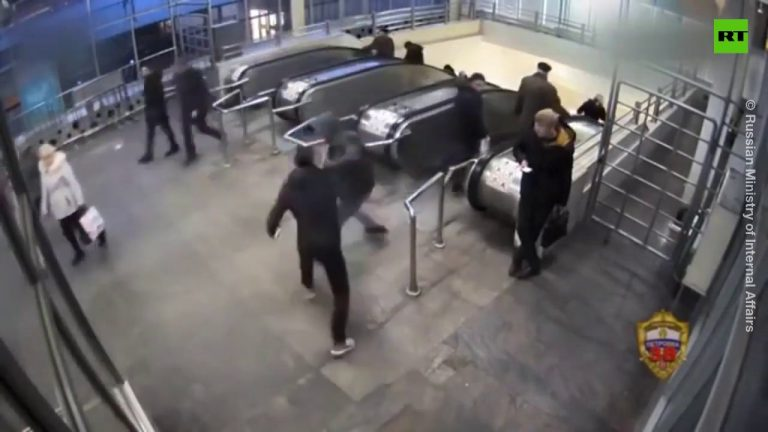 The most brazen robber steals phone and kicks the victim down the escalator