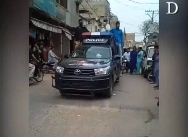 Police make an announcement for protection from the coronavirus in Karachi's Haz... 3