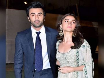 Alia Bhatt and Ranbir Kapoor Enjoy Dancing On Nazia Hassan's song 'Aap Jesa Koi' 11