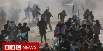 Farmers protest: Indian farmers clash with police - BBC News