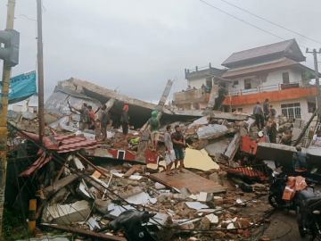 Powerful earthquake in Indonesia's Sulawesi kills at least 34 21