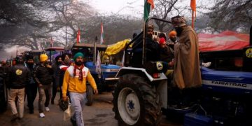 Protesting farmers breach barricade, enter Lal Qilla on India's Republic Day 2
