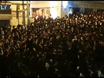 Ignoring COVID restrictions | Thousands of Orthodox Jews attend rabbi funeral