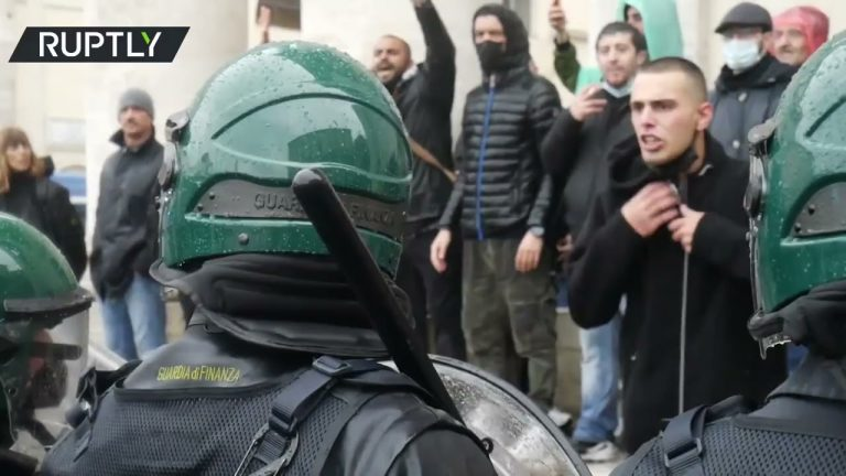 Smoke bombs deployed | Hundreds of Italians vent their anger over COVID measures