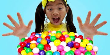 Emma Pretend Play with Colorful Gumball Machine and Sweets Candy Toys for Kids 14