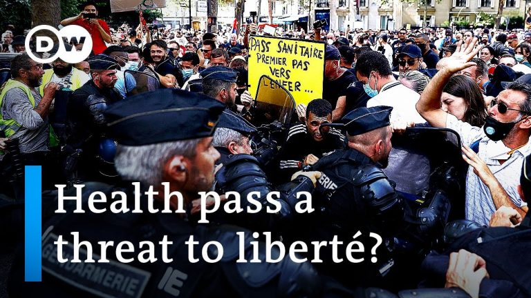 Paris police clash with protesters over COVID 'health pass' | DW News