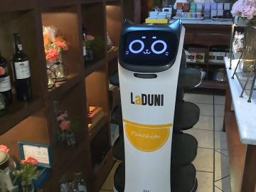 Robots Shuttle Food to Customers Just Like 'The Jetsons'